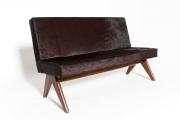<h5>Sofa de P. Jeanneret</h5><p>Restauration des garnitures et couverture en peaux de vache marron.</p>