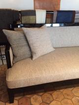 <h5>Canapé moderne</h5><p>Couverture finition cousue d'un canapé et tissu création Perrine Rousseau.</p>