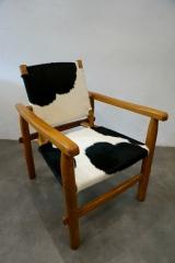 <h5>Charlotte Perriand</h5><p>fauteuil Charlotte Perriand en peaux de vache pour une galerie Parisienne</p>